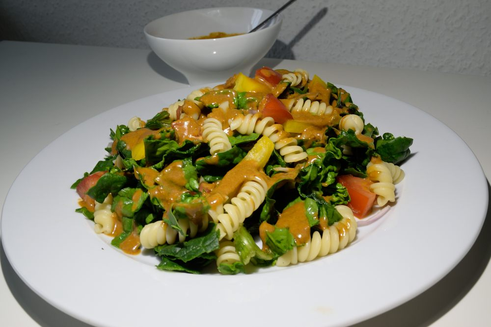 spinat salat mit pasta und chili pasilla dressing mandilon mexikanisches catering. Black Bedroom Furniture Sets. Home Design Ideas